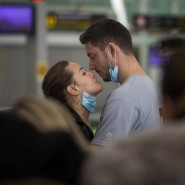 Ein Pärchen am Flughafen Barcelona: Für viele Paare, die in verschiedenen Ländern leben, ändert sich durch die Einreiselockerungen in Deutschland nichts.
