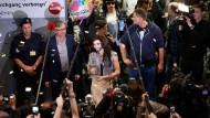 Österreichs neuer Nationalheld: Begeistete Fans empfangen Conchita Wurst am Flughafen Wien