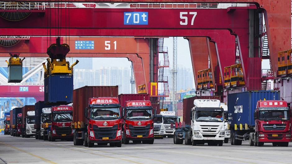 Lastwagen am Containerhafen in Qingdao in China