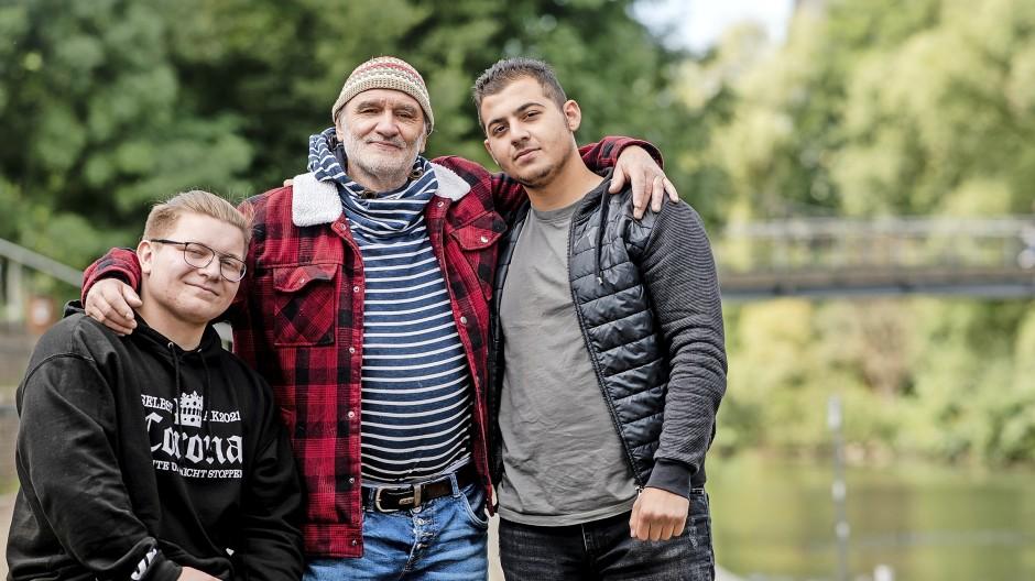 Er war ihnen Lehrer, Freund, Vater, Opa:  Dieter Bachmann mit seinen ehemaligen Schülern Hasan (rechts) und Jaime in Marburg.