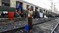 Das Foto stammt von 2015, doch getan hat sich wenig: In Indien sind die hygienischen Bedingungen noch immer unzureichend. Hier wäscht sich ein Arbeiter mit einem Eimer Wasser auf einem Gleis.