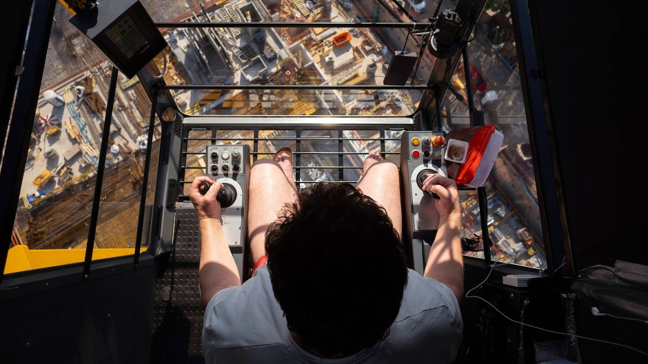 Im T-Shirt über den Dächern: Syla sitzt am Mittwoch in seiner Führerkanzel über der Baustelle am Güterplatz in Frankfurt.