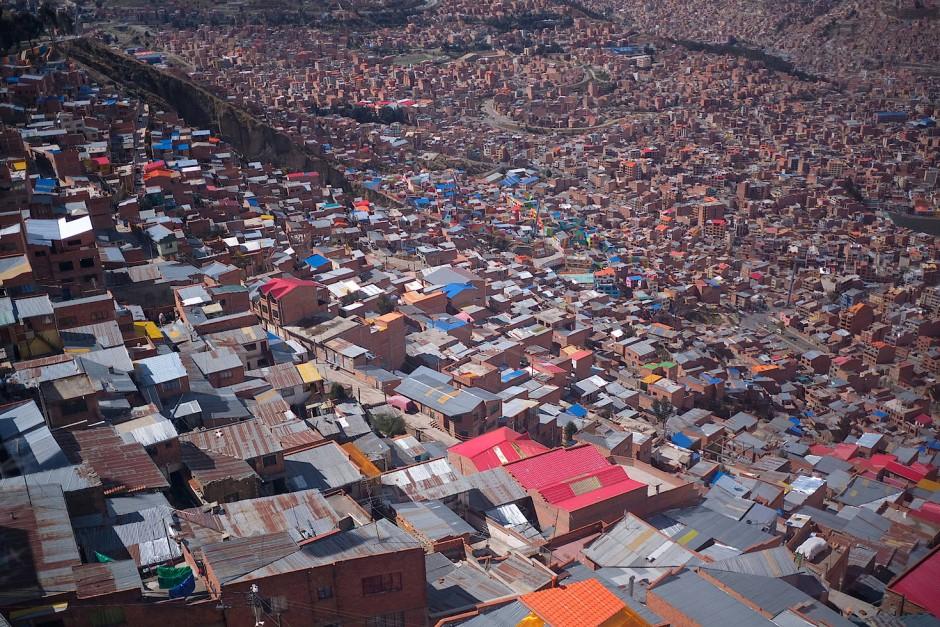 Der Blick von El Alto zeigt einige Viertel von La Paz, der Hauptstadt Boliviens.