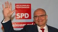 Ihm ist ein Stein vom Herzen gefallen: Trotz Verlusten der SPD bleibt Erwin Sellering Ministerpräsident in Mecklenburg-Vorpommern.