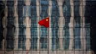 Kein Fähnchen im Wind: Chinesische Flagge im Pekinger Finanzzentrum