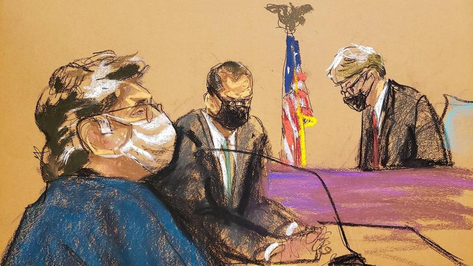 Keith Raniere (vorne) im Gericht in Brooklyn neben seinem Anwalt Marc Agnifilo
