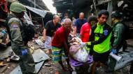 Rettungskräfte bergen ein Anschlagsopfer nach der Bombenexplosion in Thailand.
