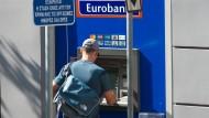 Bankautomat in Athen: Wenn Sie im Ausland Bargeld abheben, kann es sehr teuer werden. (Symbolbild)