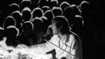 Schwarzer Anzug, Rote Rosen und weißer Bademantel: Udo Jürgens auf Konzerttour 1982