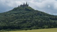 Trügerisches Idyll? Burg Hohenzollern bei Bisingen (Baden-Württemberg)