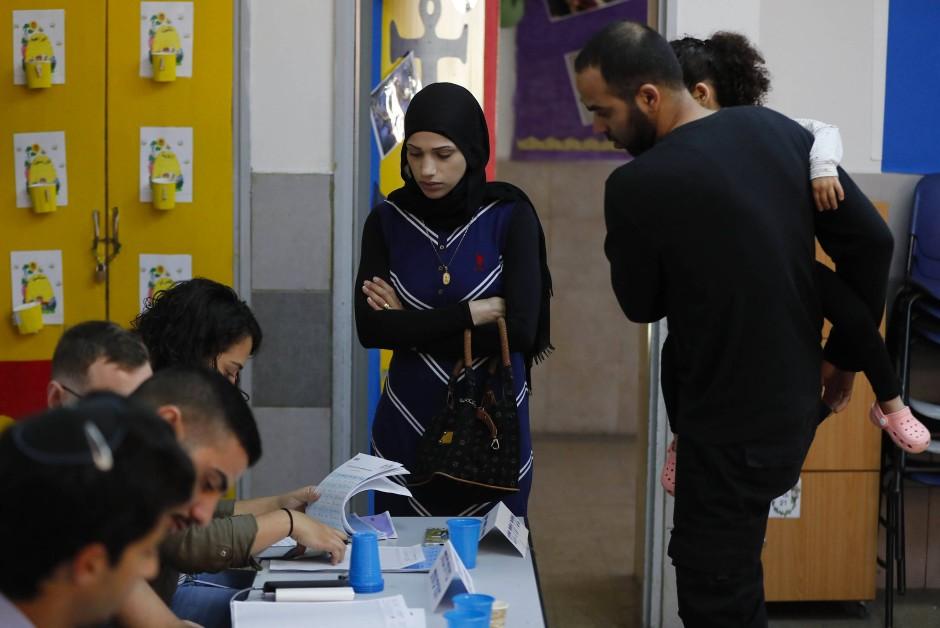 """""""Der Schaden ist angerichtet"""": Arabische Israelis bei der Stimmabgabe zur Parlamentswahl in dem Ort Tayyibe"""