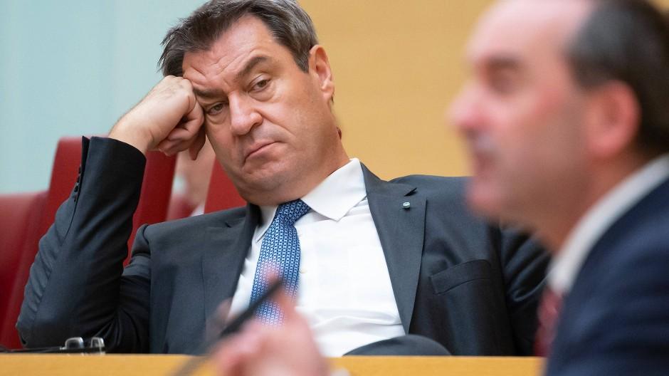 Markus Söder im Landtag, im Vordergrund Wirtschaftsminister Hubert Aiwanger (Freie Wähler) am Rednerpult