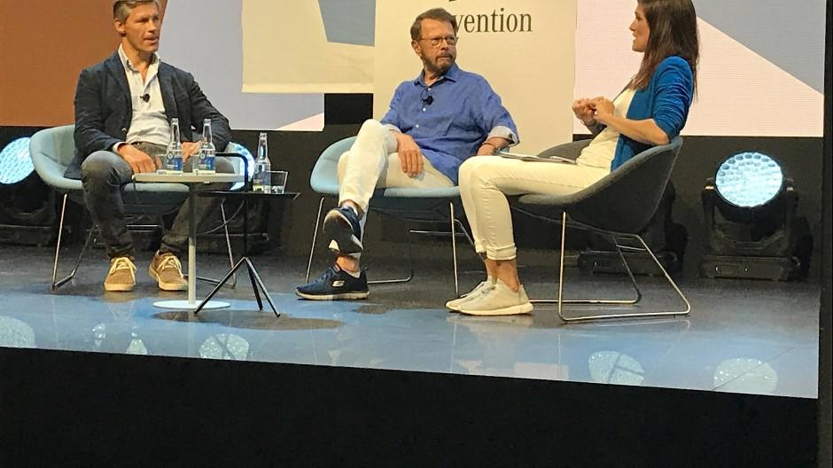 Björn Ulvaeus (M.), einer der beiden Bs in Abba, und der Musik-Manager Frank Briegmann von Universal im Gespräch auf der Me Convention in Stockholm