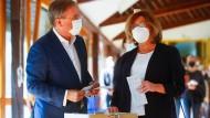 Armin Laschet und seine Frau Susanne bei der (falschen) Stimmabgabe