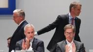 Deutsche-Bank-Chef Christian Sewing (hinten rechts), Aufsichtsrats-Chef Paul Achleitner (hinten links), Vorstände Garth Ritchie (l) und Frank Strauß