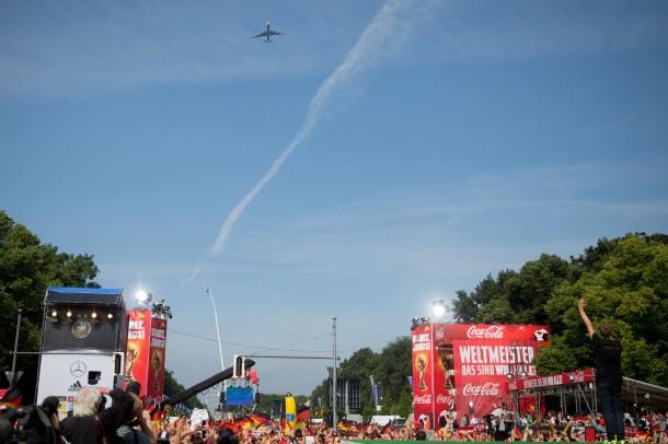 Kondensstreifen über der Siegesmeile: Gruß vom WM-Sieger-Flieger an die wartenden Fans