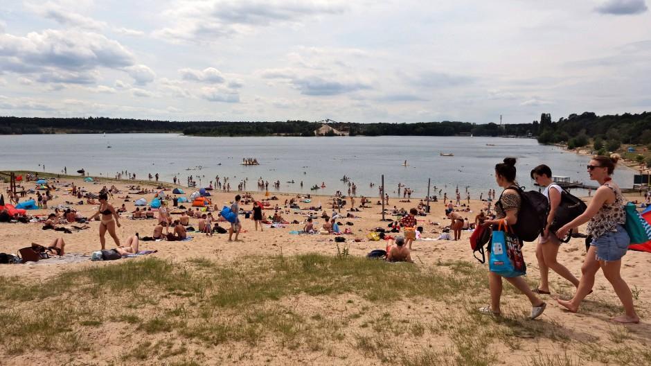 Sonne, Wasser, Strand: Die Besucher genießen die ersten beiden Tage am Langener Waldsee nach der Corona-Sperre.