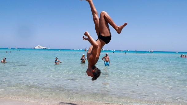 Sizilianer flüchten vor Hitze ins kühle Nass