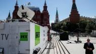 Übertragungswagen von RT in der Nähe des Roten Platzes in Moskau am 15. Juno 2018