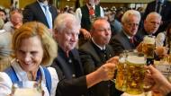 Seltene Auszeit: Der bayerische Ministerpräsident Horst Seehofer (CSU) und seine Frau Karin prosten beim Festakt zum 500-jährigen Jubiläum des Salzbergwerks Berchtesgaden den Ehrengästen zu.