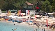 Für den perfekten Urlaub braucht man Meer, Palmen und Sonnenschein – nicht unbedingt auch Demokratie.