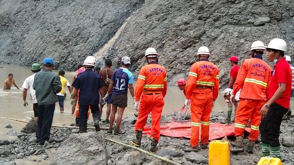 Rettungskräfte in Burma auf der Suche nach Überlebenden