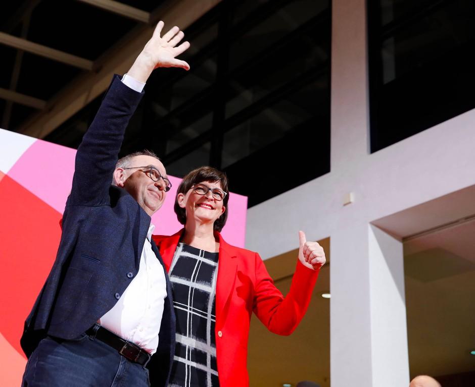 Linkes Profil, konservativer Kandidat? Norbert Walter-Borjans und Saskia Esken bei ihrer Sieg im November.