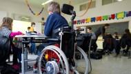 Lehrer beobachten mit Sorge, wie behinderte Schüler unter der großen Gleichmacherei leiden.