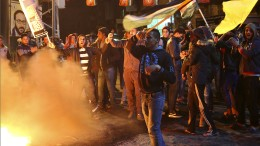 Brennende Flaggen als Zeichen des Protests
