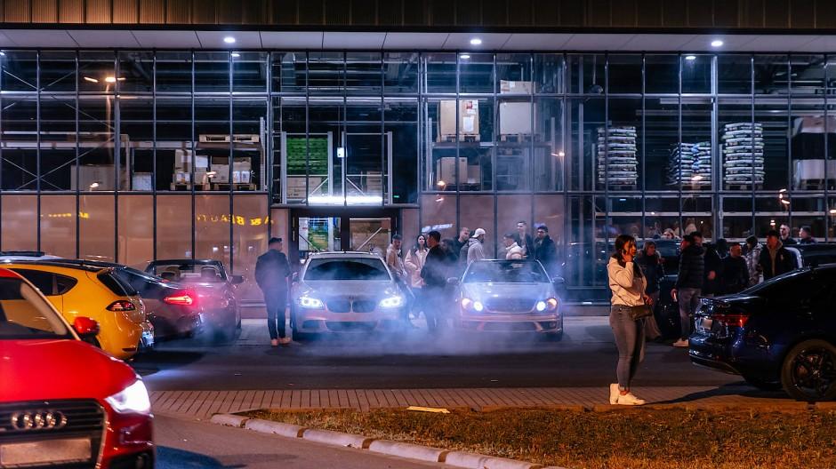 Treffpunkt Baumarkt: Junge Leute mit schnellen Autos auf einem Parkplatz im Hanauer Fachmarktzentrum Kinzigbogen