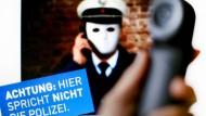 Ein Plakat, mit dem die Polizei NRW vor Betrügern warnt.