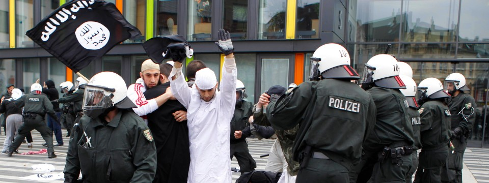 demonstration in solingen salafisten attackieren. Black Bedroom Furniture Sets. Home Design Ideas