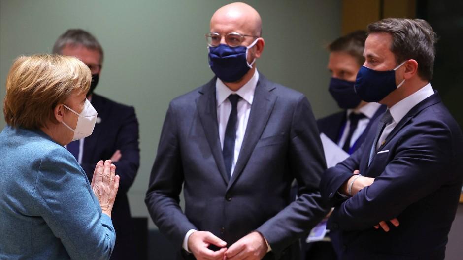 Angela Merkel, Charles Michel und Luxemburgs Ministerpräsident Xavier Bettel am Donnerstag in Brüssel.