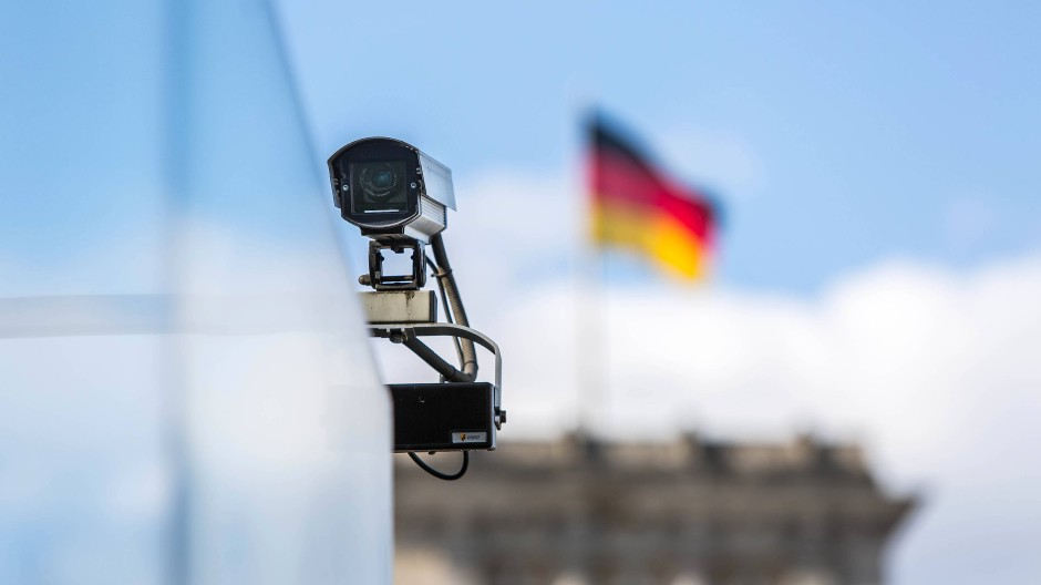 Eine Überwachungskamera in der Nähe des Reichstages in Berlin