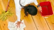 Putzfrauen und -männer verdienen relativ wenig, stocken also relativ häufig auf.