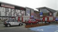 Polizei- und Feuerwehrfahrzeuge stehen vor dem VIVO! Einkaufszentrum in Stalowa Wola, in dem ein 27-Jähriger eine Frau erstach und mindestens acht weitere Menschen verletzte.