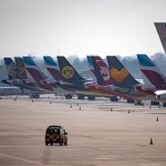 Flugzeuge der Lufthansa, Germanwings und Eurowings sind auf dem Vorfeld des Flughafens in Düsseldrof abgestellt.
