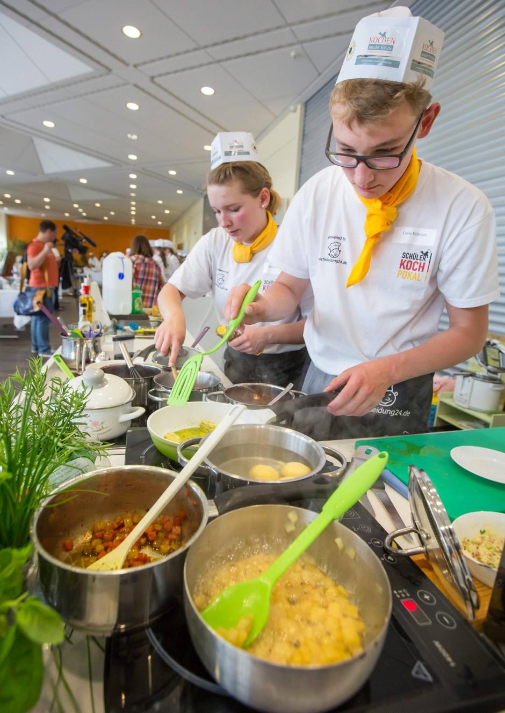 Freude am kochen, und am guten Essen: Hier ein Schülerteam beim Schülerkochpokal