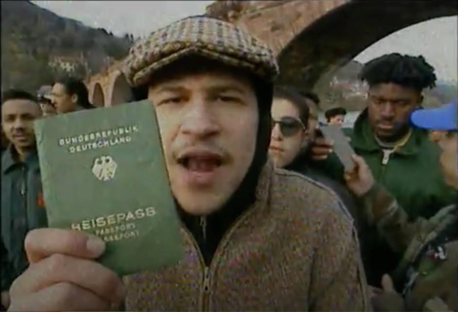 """... genauso wie es der Rapper Torch im Musikvideo zu """"Fremd im eigenen Land"""" von Advanced Chemistry bereits 1992 tat."""