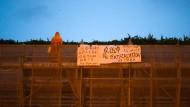 Der Demonstrant vor seinem Sturz von einem Baugerüst