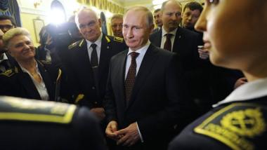 Noch scheint er ganz beseelt: Wladimir Putin trifft Studenten einer Wirtschaftsuniversität in Gorny.