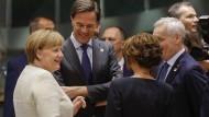 Bundeskanzlerin Angela Merkel, der niederländische Regierungschef Mark Rutte und andere Teilnehmer unterhalten sich beim Europäischen Rat.