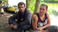 Schwierige Jugend, unglückliche Ehe, Alkohol: Evi, hier mit ihrem Freund Masoud, im Park.