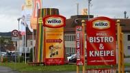Schilder weisen den Weg aufs Werksgelände des nordhessischen Wurstherstellers Wilke.