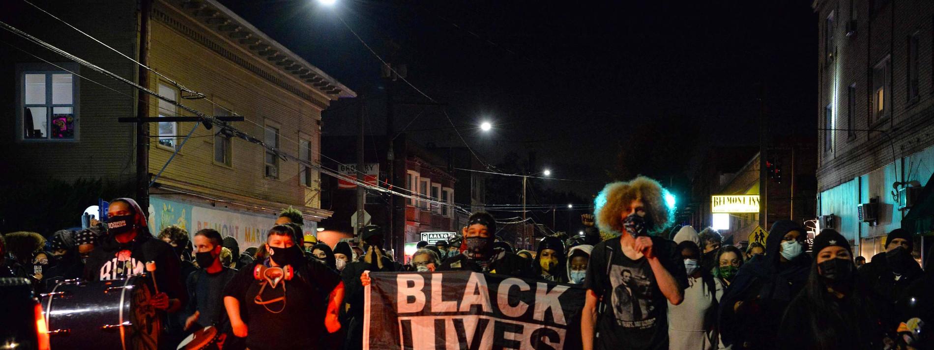 Hunderte BLM-Aktivisten gehen auf die Straßen