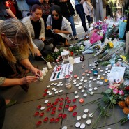 Passanten trauern im Zentrum Manchesters um die Opfer des Anschlags.