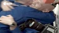 Glücklich angekommen: Alexander Gerst umarmt einen Astronautenkollegen an Bord der ISS