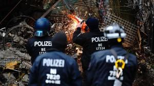 76 Festnahmen und 46 verletzte Einsatzkräfte