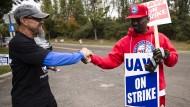 Diese beiden Streikenden freuen sich über die vorläufige Einigung der Gewerkschaft mit GM.