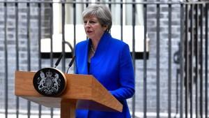 May will zentrale Minister ihrer Regierung behalten